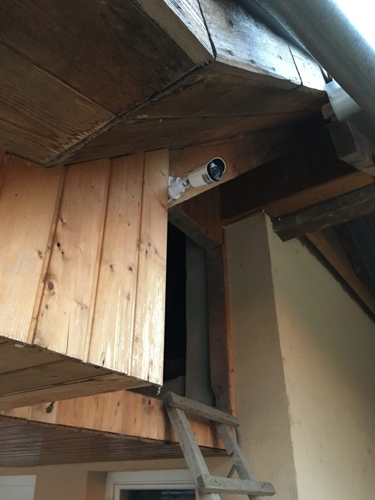 Biztonsági kamera telepítés az eresz alatt
